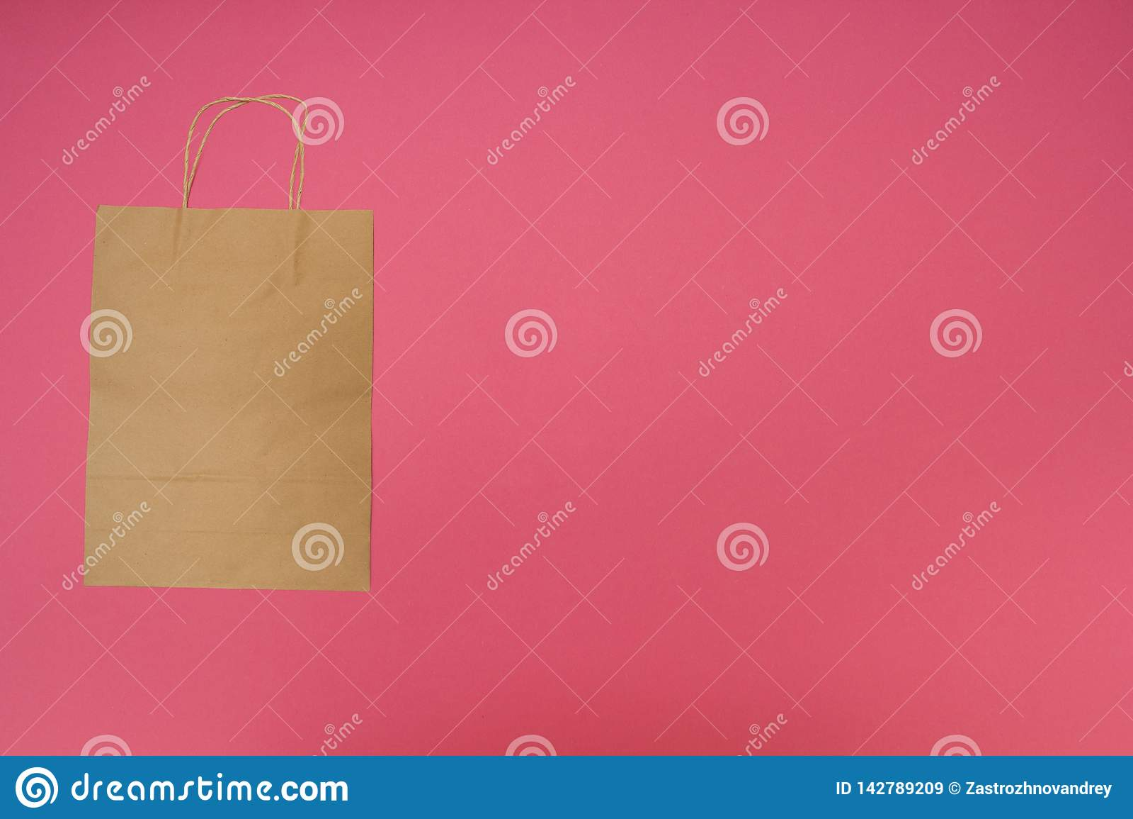 Disponibel pappers- påse på rosa bakgrund