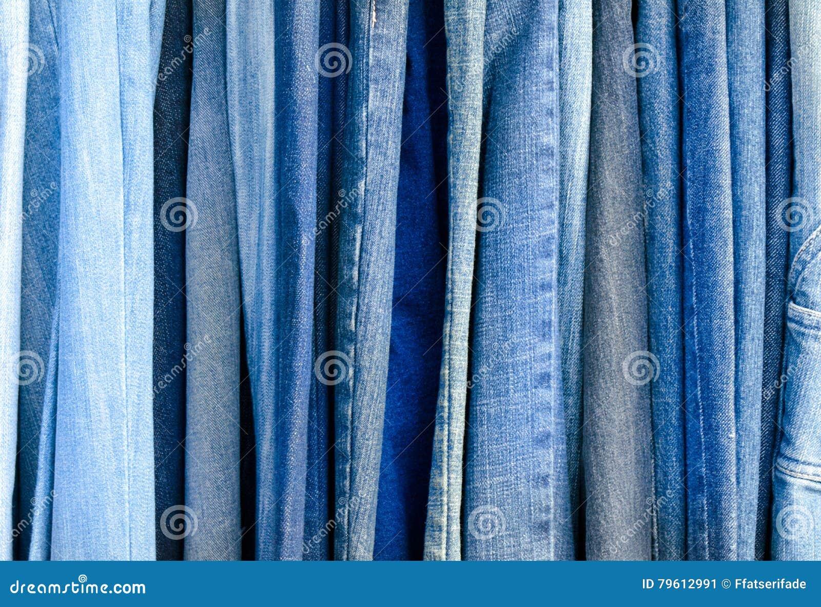 Disposição de calças de brim