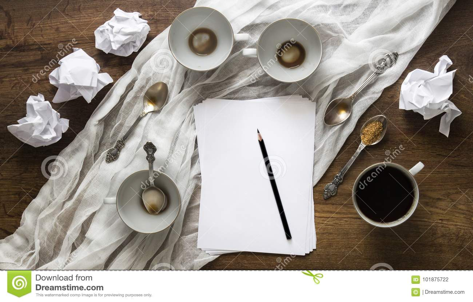 A disposição nos copos vazios da tabela amarrotou o lápis de papel da folha vazia