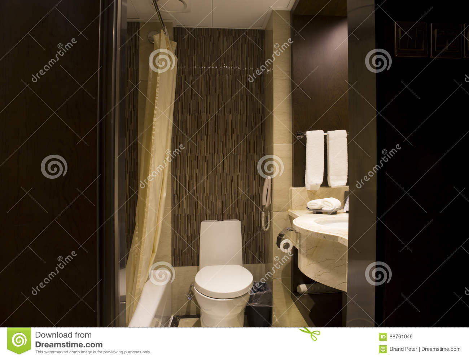 Disposición moderna del cuarto de baño