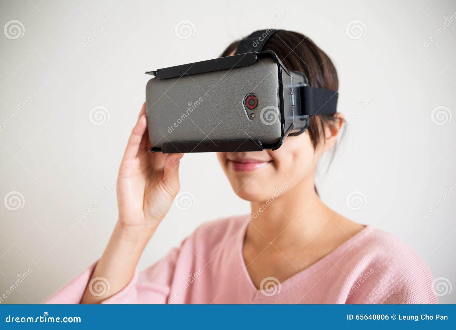 Dispositif de vr d utilisation de jeune femme