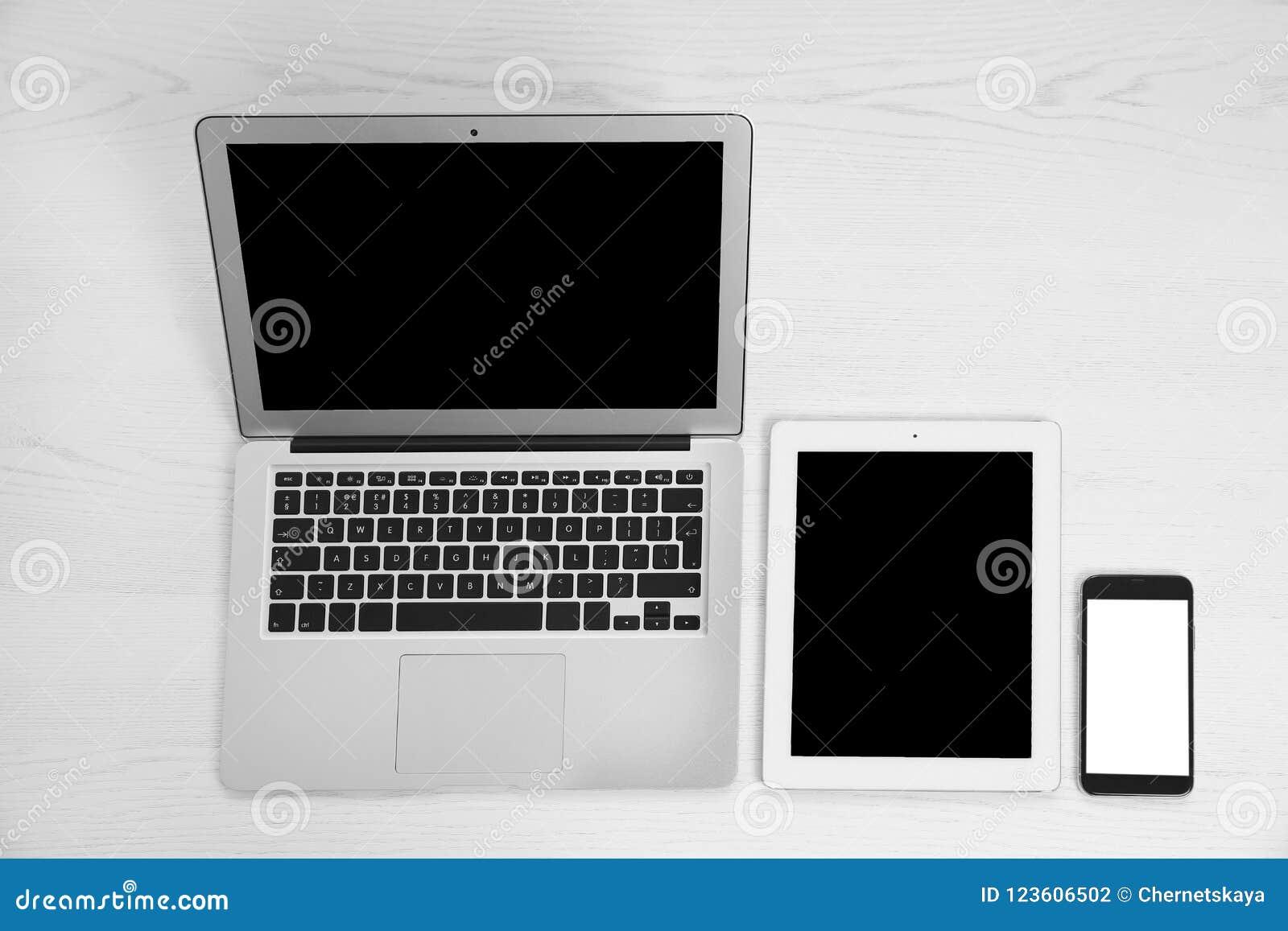 Dispositifs avec les écrans vides sur le blanc