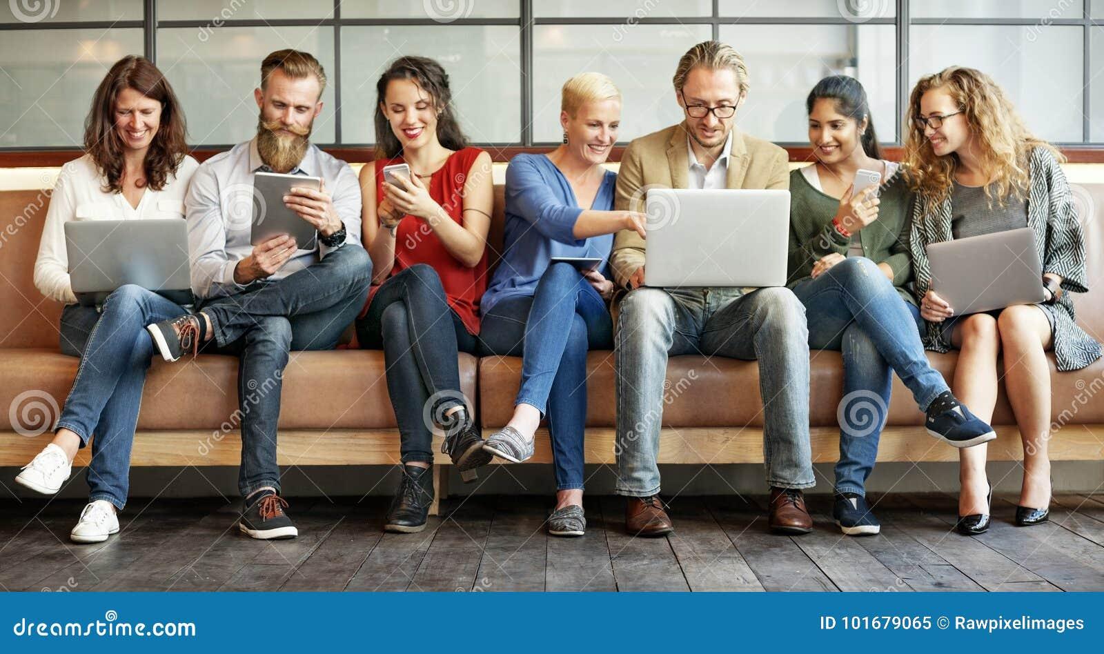 Dispositifs de Digital de connexion de personnes de diversité passant en revue le concept
