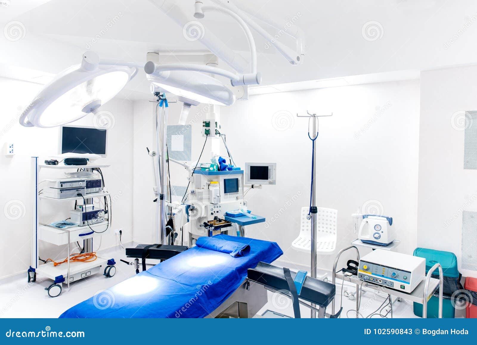 Dispositifs médicaux et lampes industrielles dans la chambre de chirurgie de l hôpital moderne Concept de construction intérieur