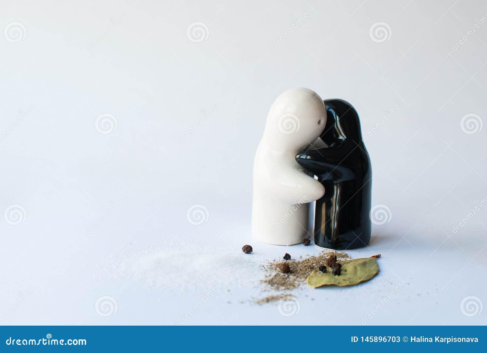Dispositifs trembleurs de sel en céramique et de poivre sur le bacground blanc