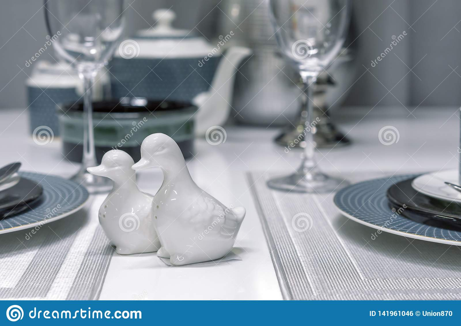 Dispositifs trembleurs de sel en céramique sous forme de canards à l intérieur d une salle à manger moderne