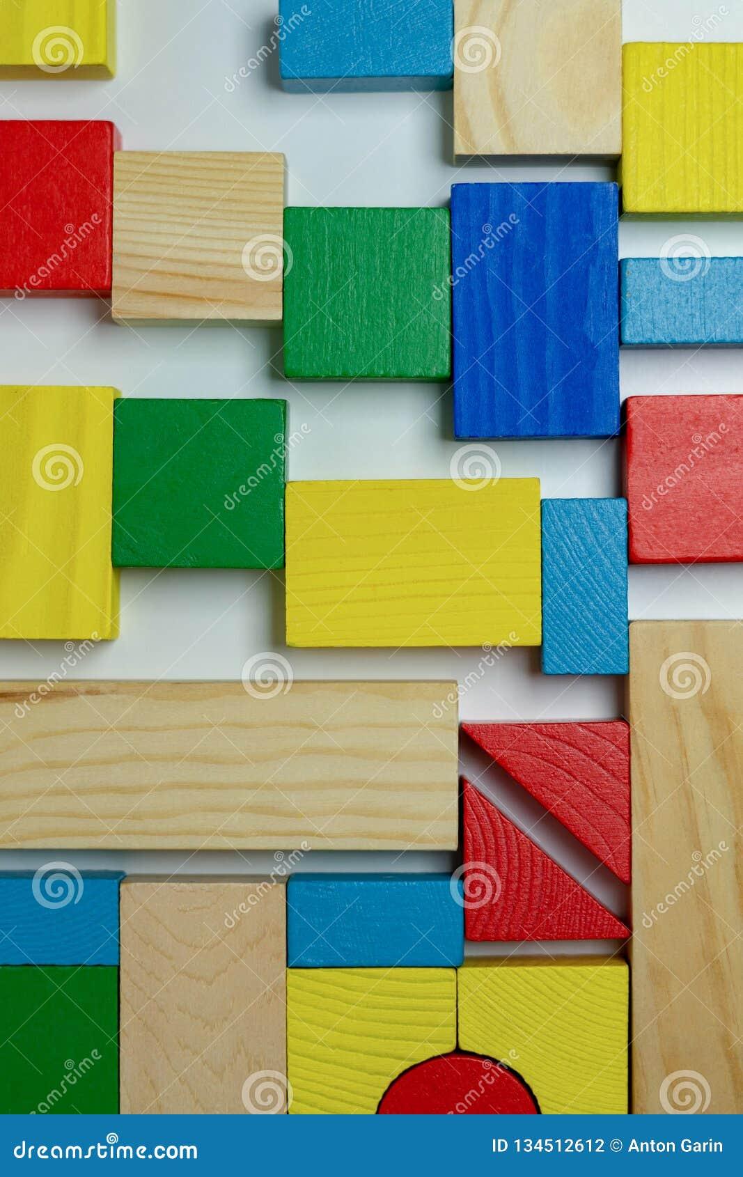 Disposition de différentes briques colorées de bâtiment