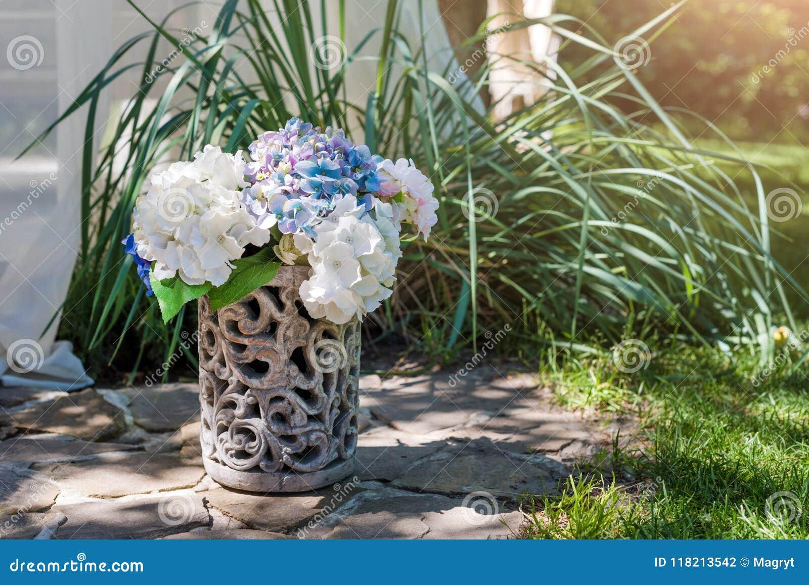 Disposition De Fleurs Fraîches Dans Le Vase Dans Le Jardin ...