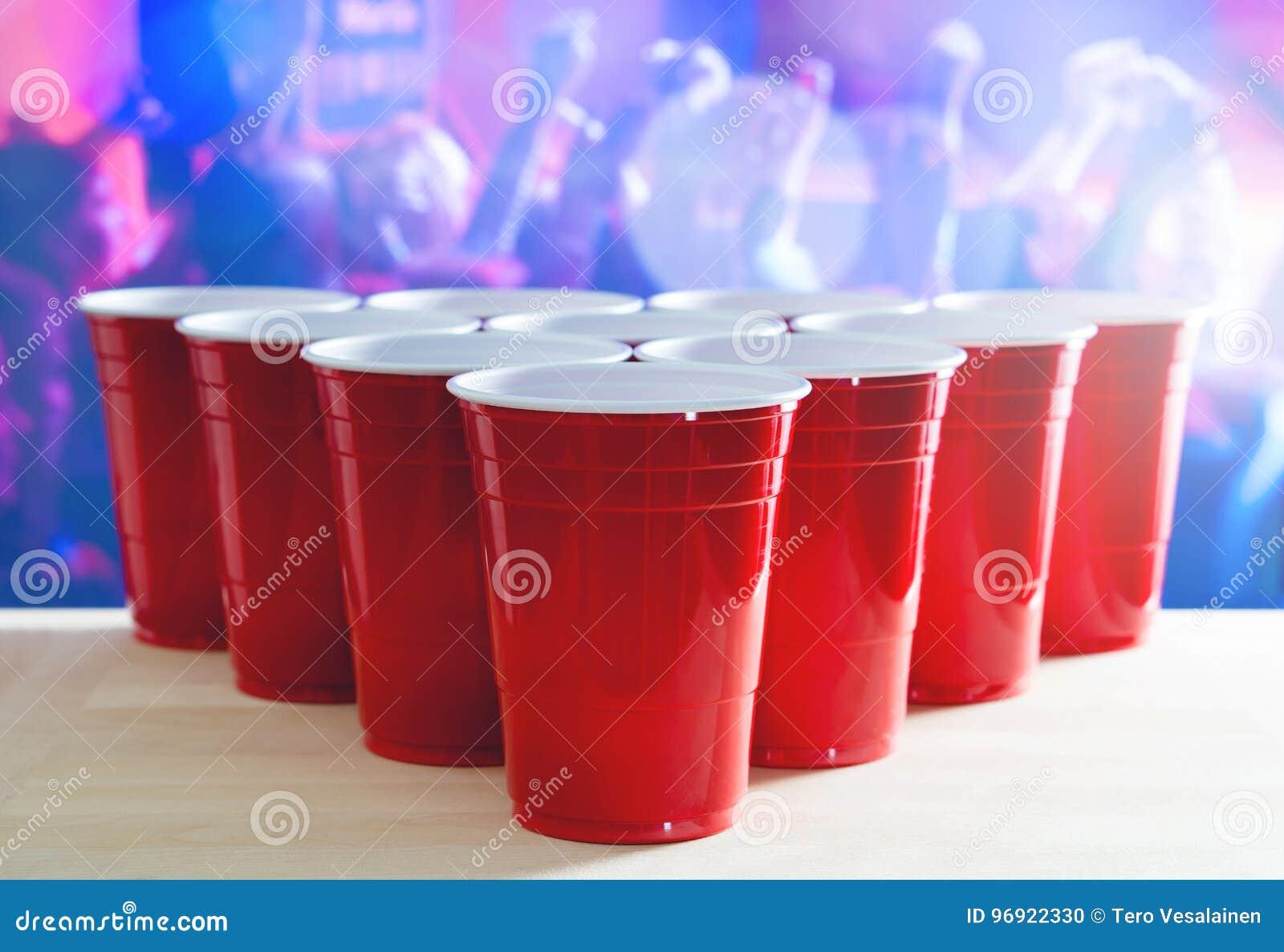 Disposition de tournoi de puanteur de bière Beaucoup de tasses rouges de partie dans une boîte de nuit complètement des personnes
