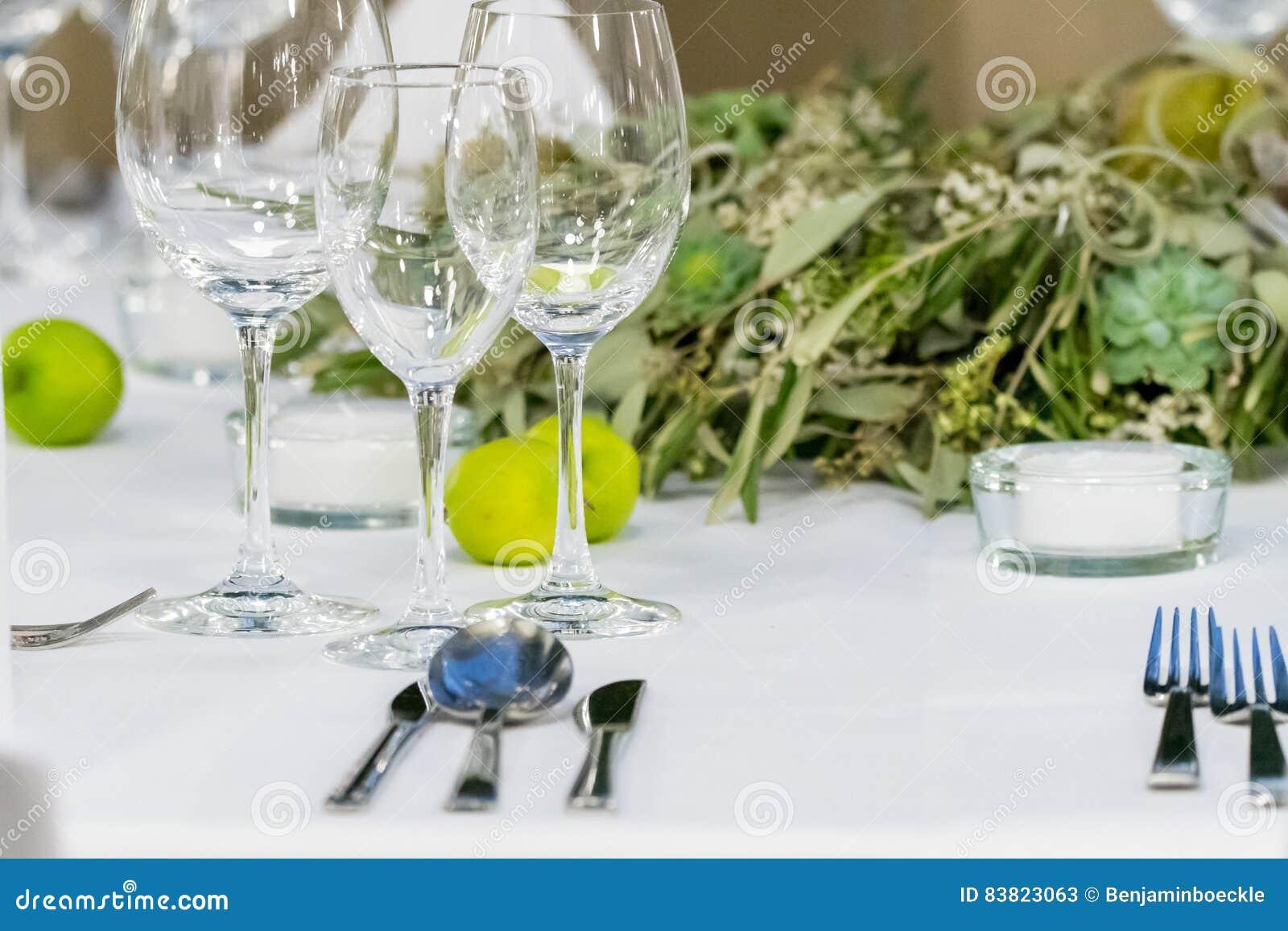 Disposition sur la table en vert avec des verres pour le - Disposition verres sur table ...