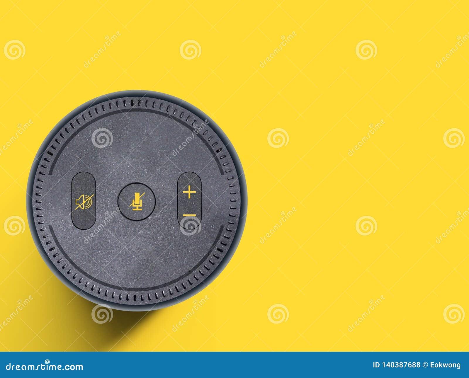 Dispositivo assistente da voz, orador sem fio portátil no fundo amarelo liso - espaço da cópia
