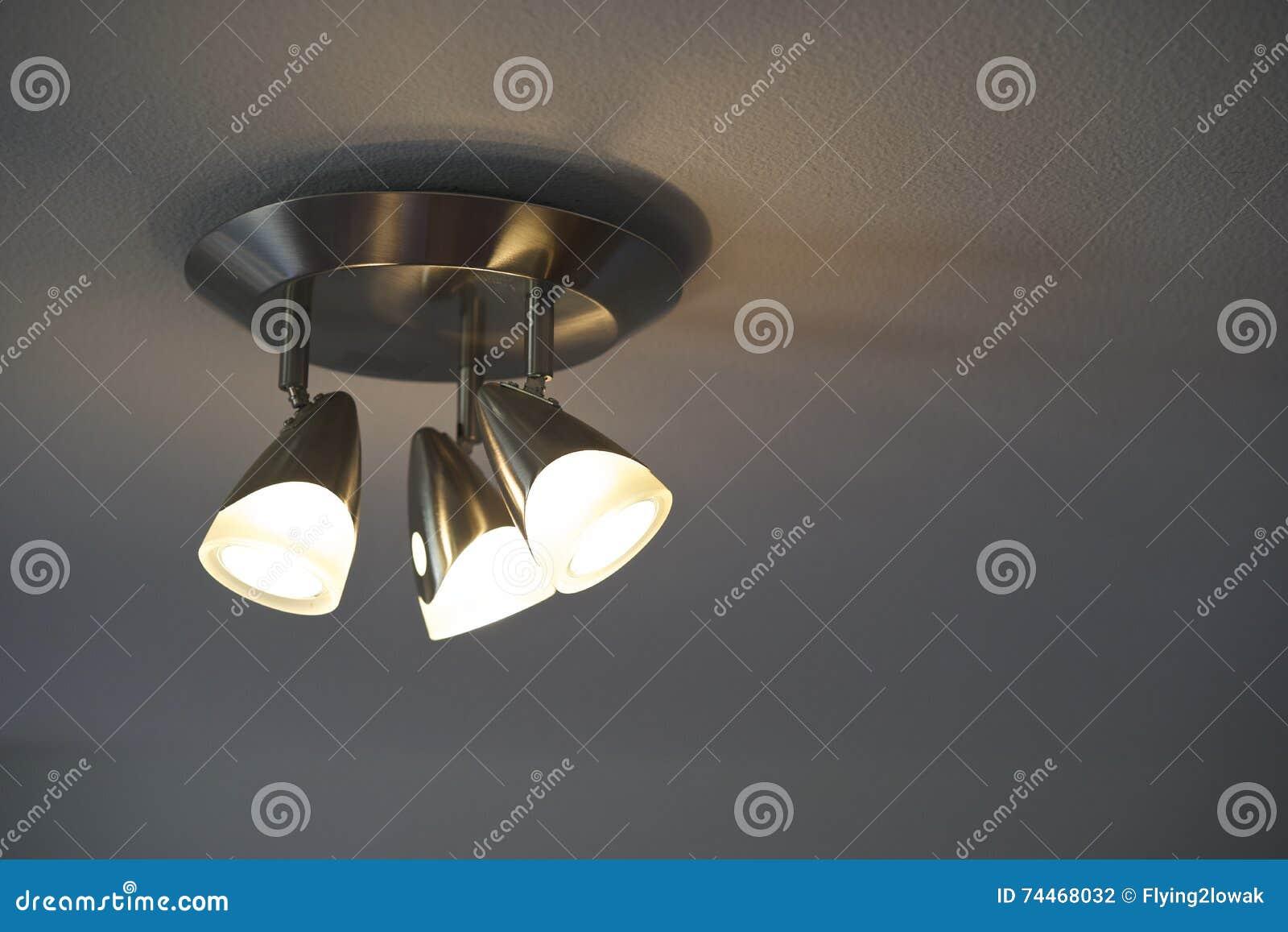 Plafoniere Con Lampadine : Dispositivo della plafoniera con le lampadine sopra fotografia