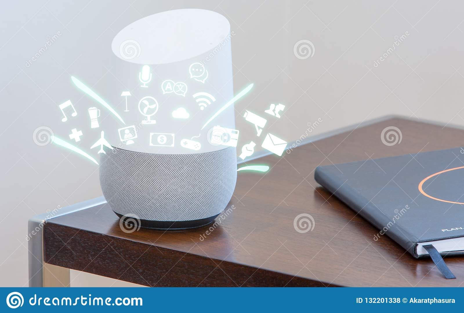 Dispositivo di aiuto dello Smart Home, assistente virtuale, intelligenza artificiale, Internet domestico di controllo delle cose