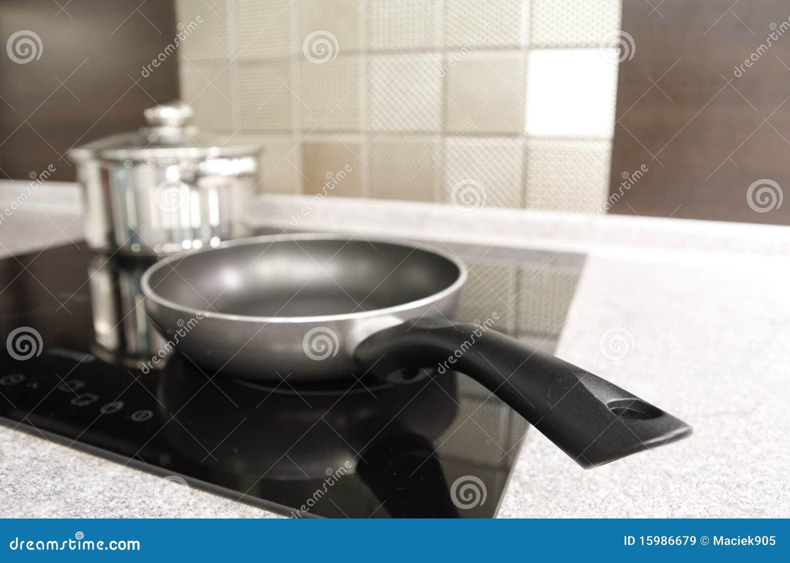 Dispositivos de cozinha modernos. Potenciômetro e bandeja em um fogão