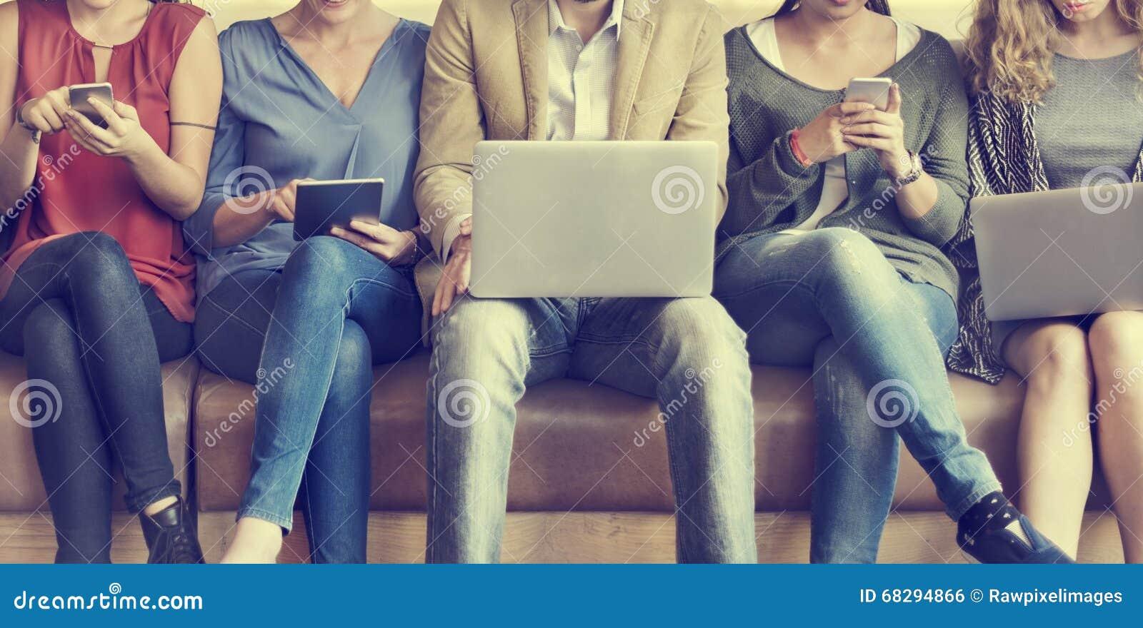 Dispositivos de Digitaces de la conexión de la gente de la diversidad que hojean concepto