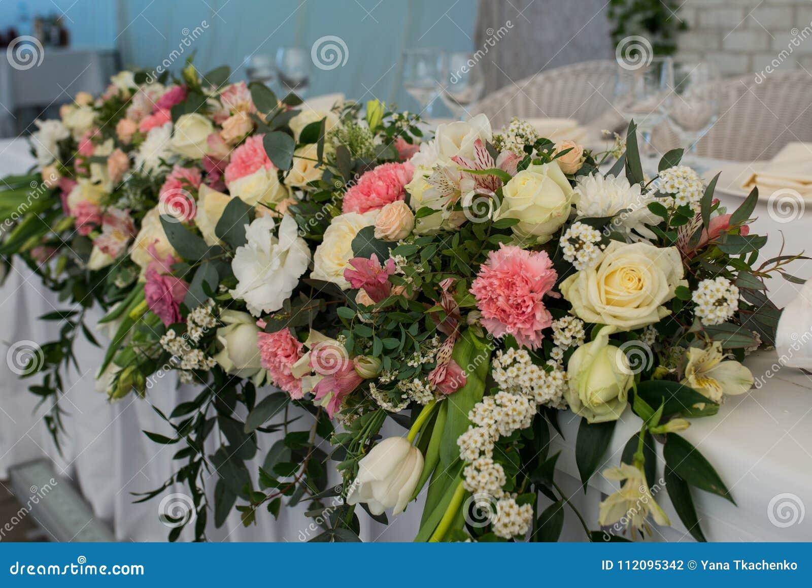 Ha Fiori Bianchi E Rosa.Disposizione Dei Fiori Rustica Con I Fiori Bianchi E Rosa Ad Un
