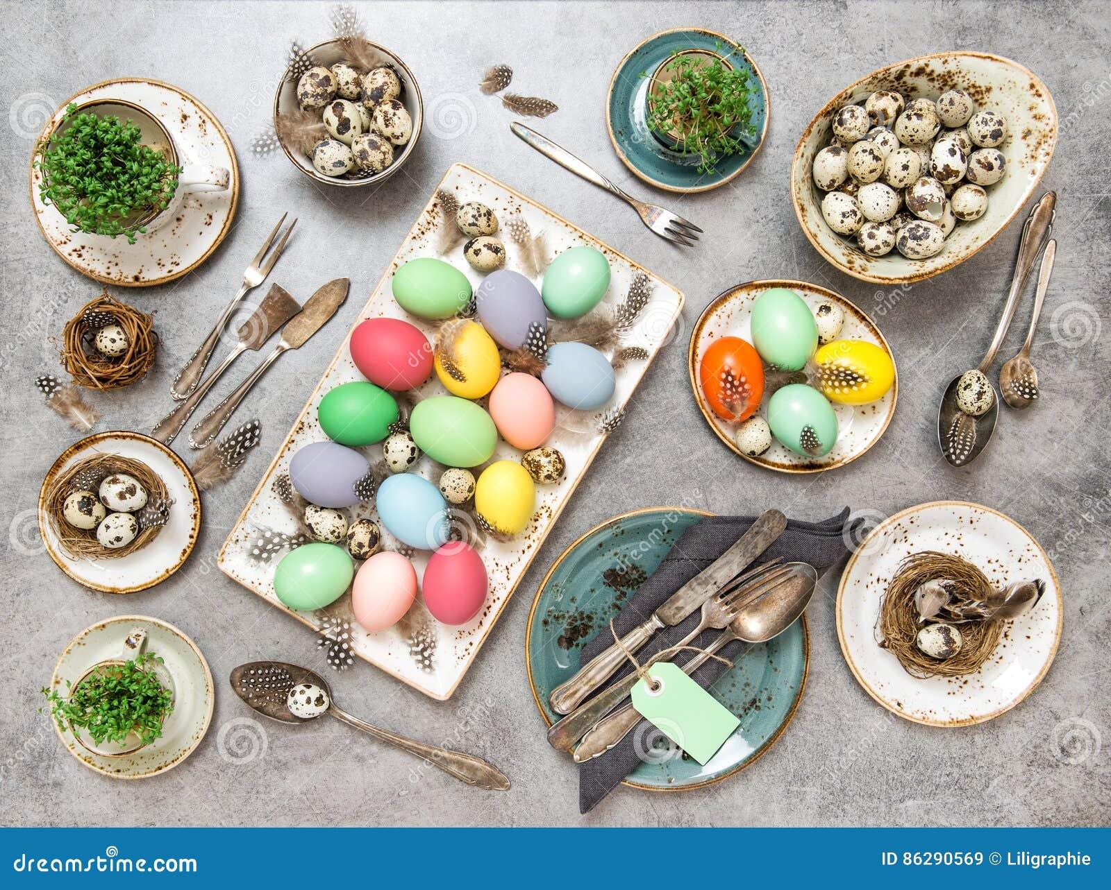 Decorazioni Pasquali Da Tavola : Disposizione del piano colorata decorazioni delle uova della