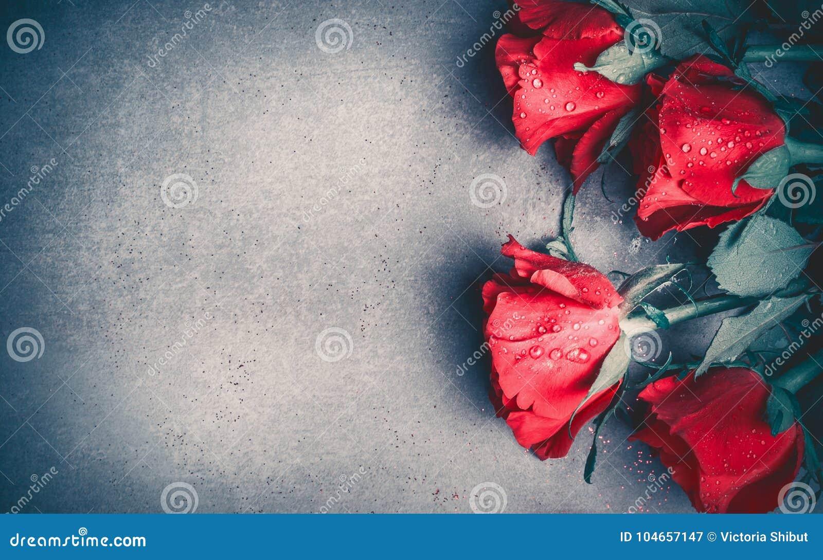Disposizione delle rose rosse su fondo da tavolino grigio, vista superiore Giorno di biglietti di S. Valentino, datazione e carto