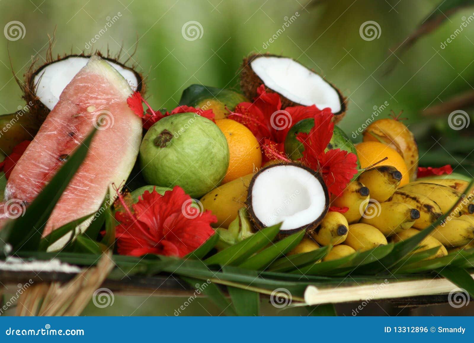 Disposizione di fiori e della frutta tropicale
