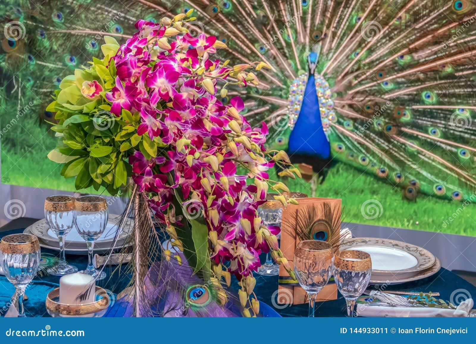 Disposizione romantica ad una tavola festiva