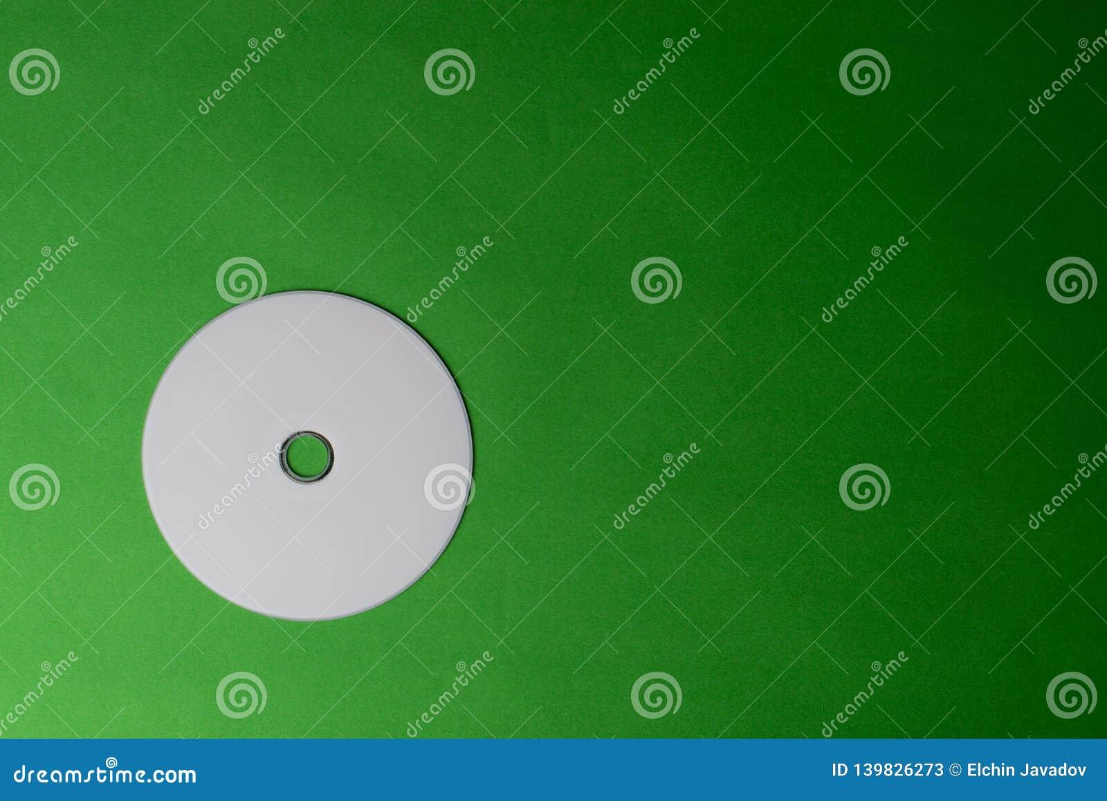 Disque vide de CD de DVD sur le fond coloré
