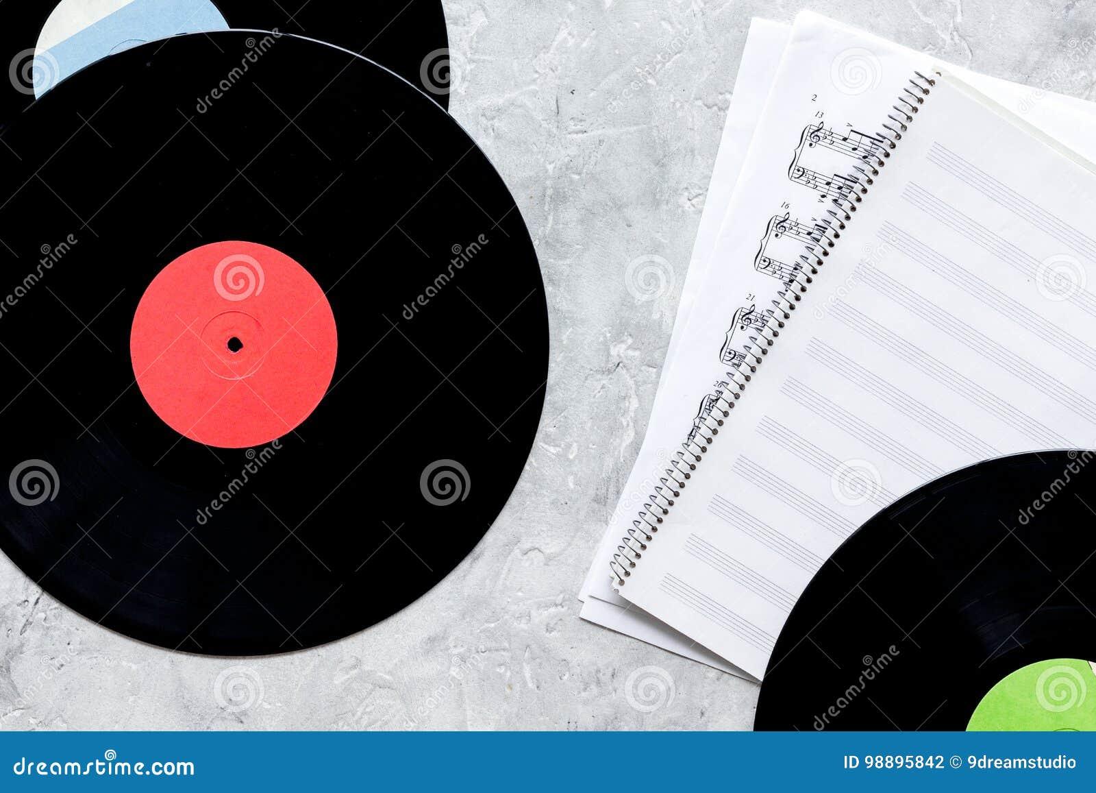 Disques avec la note de papier dans le studio de musique pour le