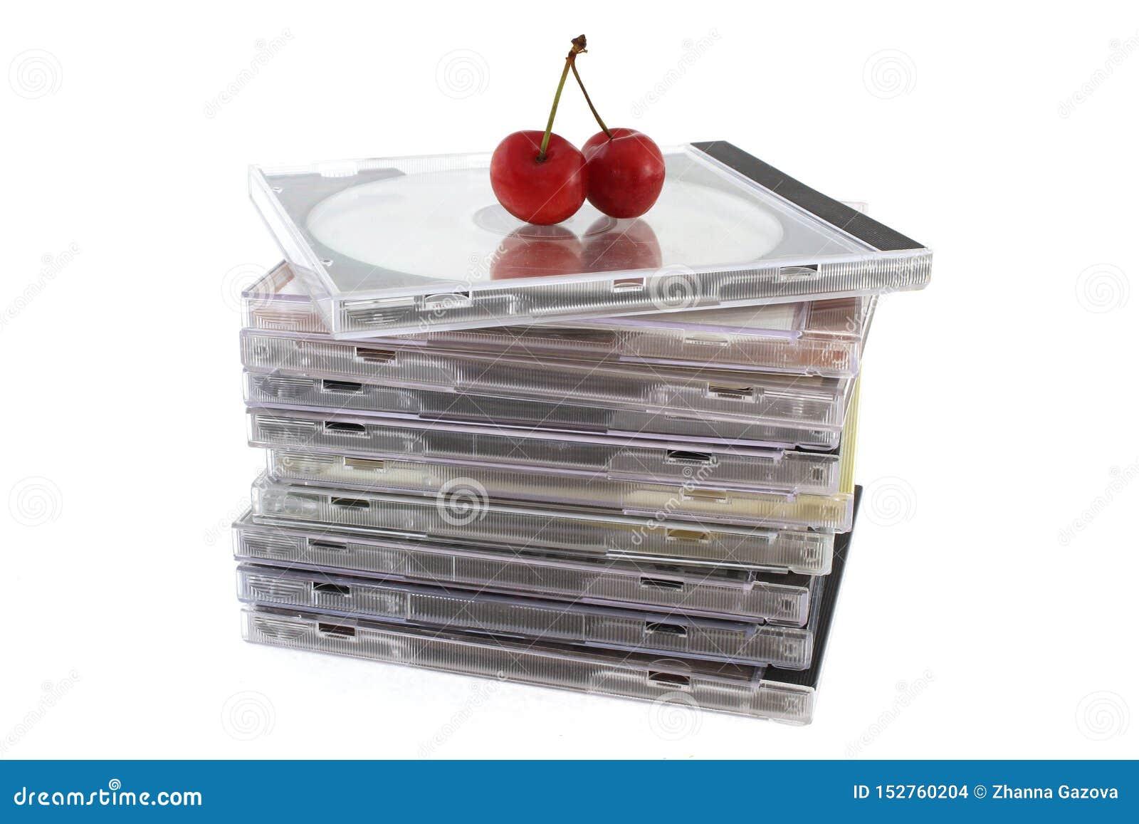 Disques compacts dans les paquets avec deux cerises sur le dessus, plan rapproché