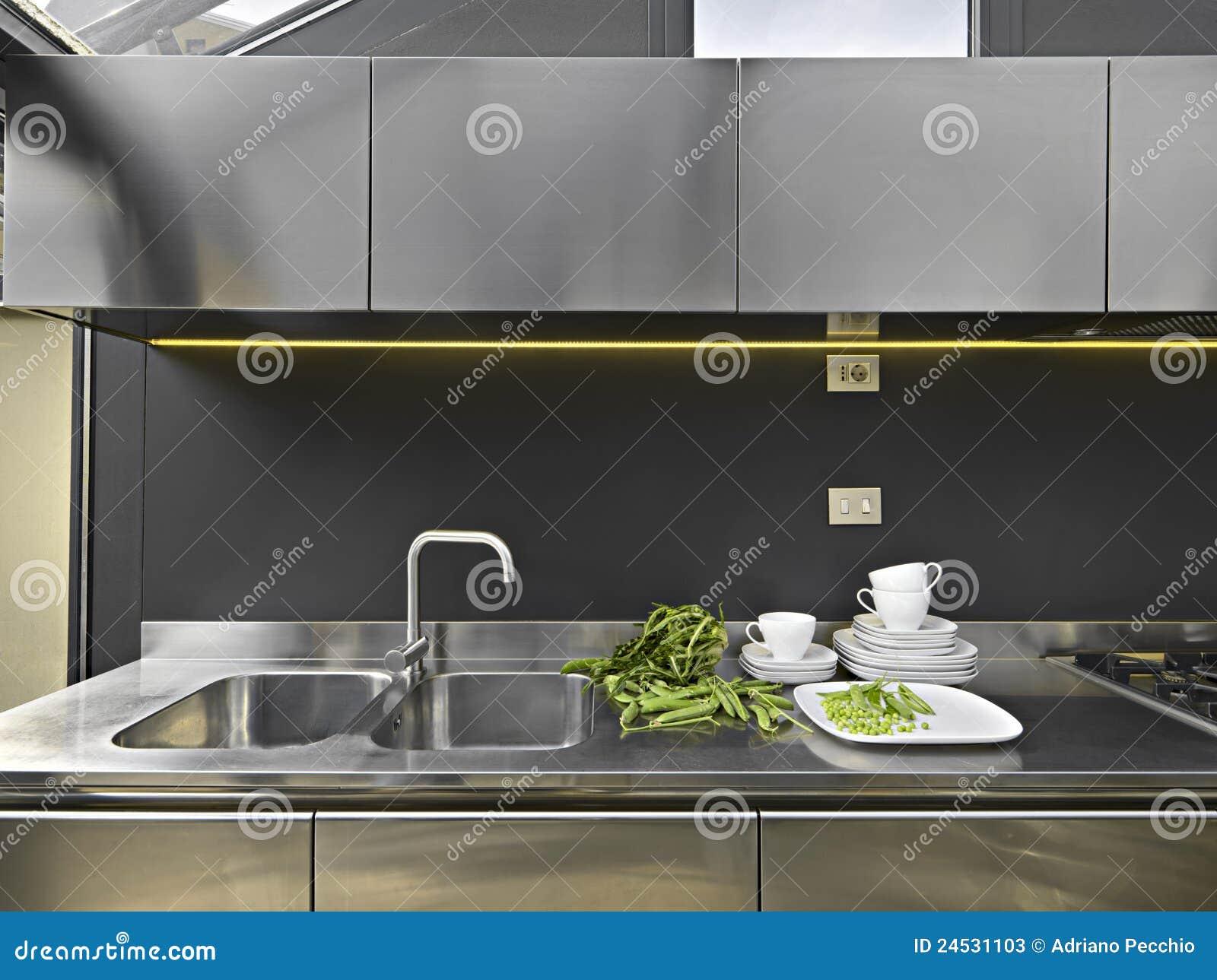 Dissipador E Torneira De A O Em Uma Cozinha Moderna Imagem De Stock