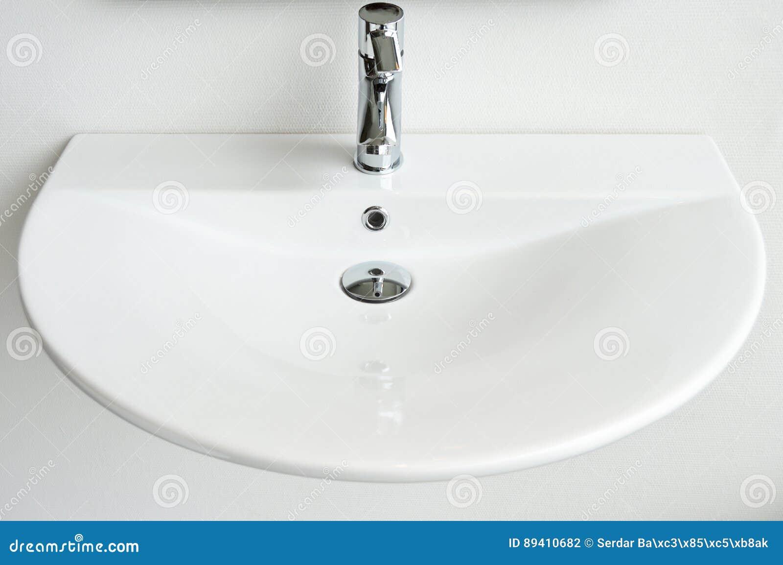 Dissipador e torneira modernos do banheiro