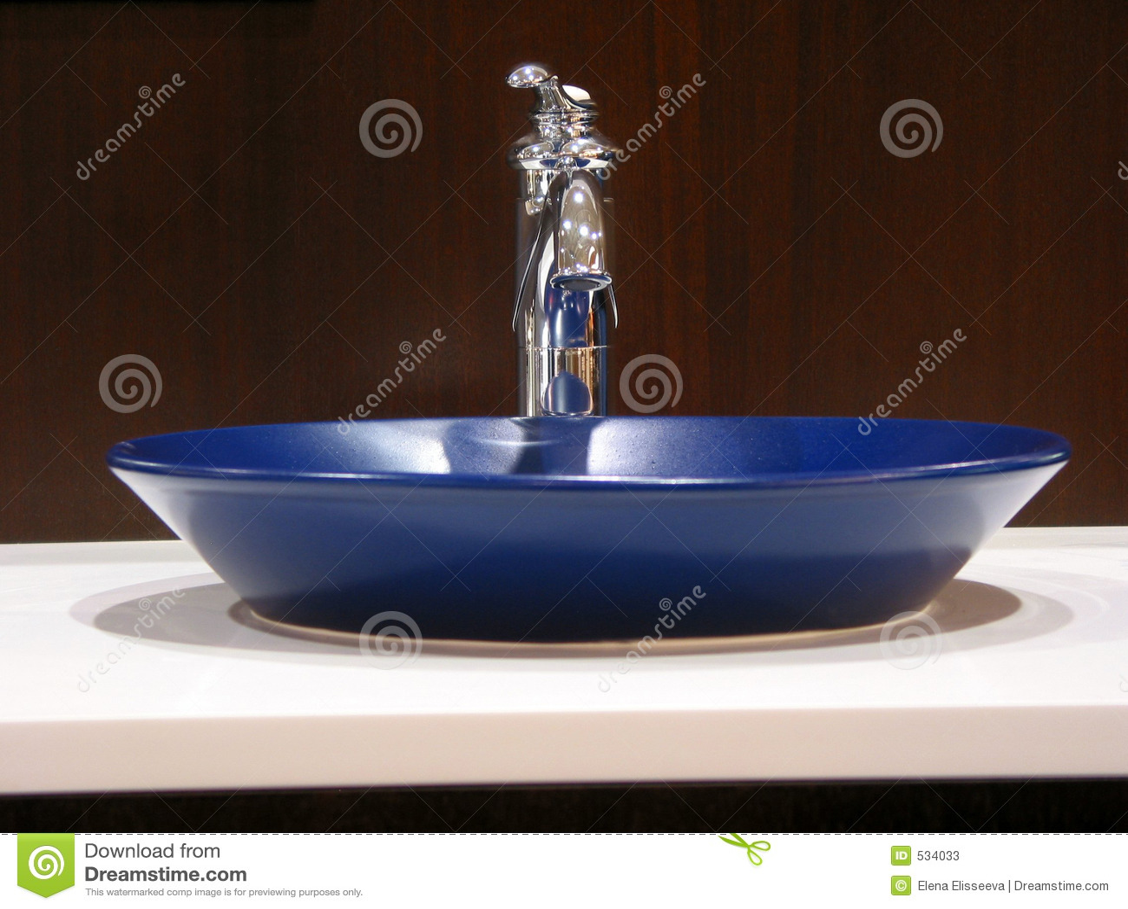 Dissipador moderno do banheiro