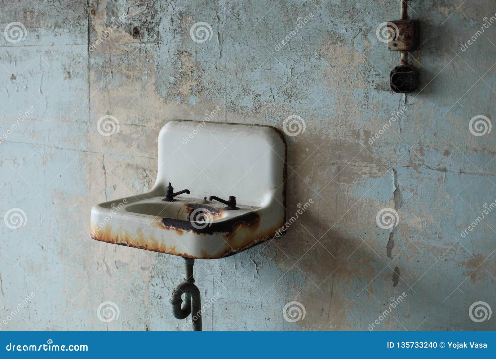 Dissipador oxidado velho com dispositivos elétricos quebrados