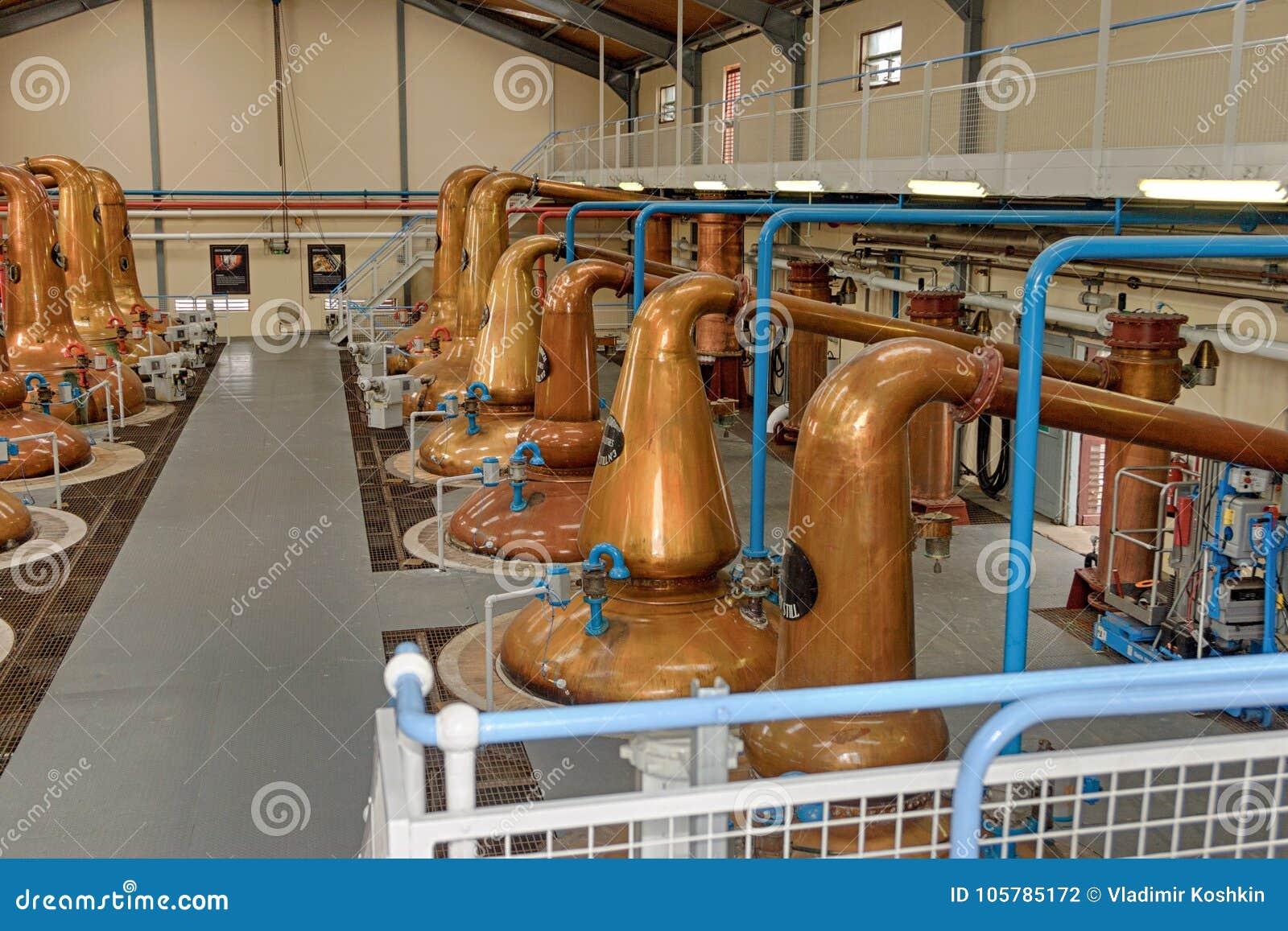 Distillateurs pour le whiskey dans une grande distillerie