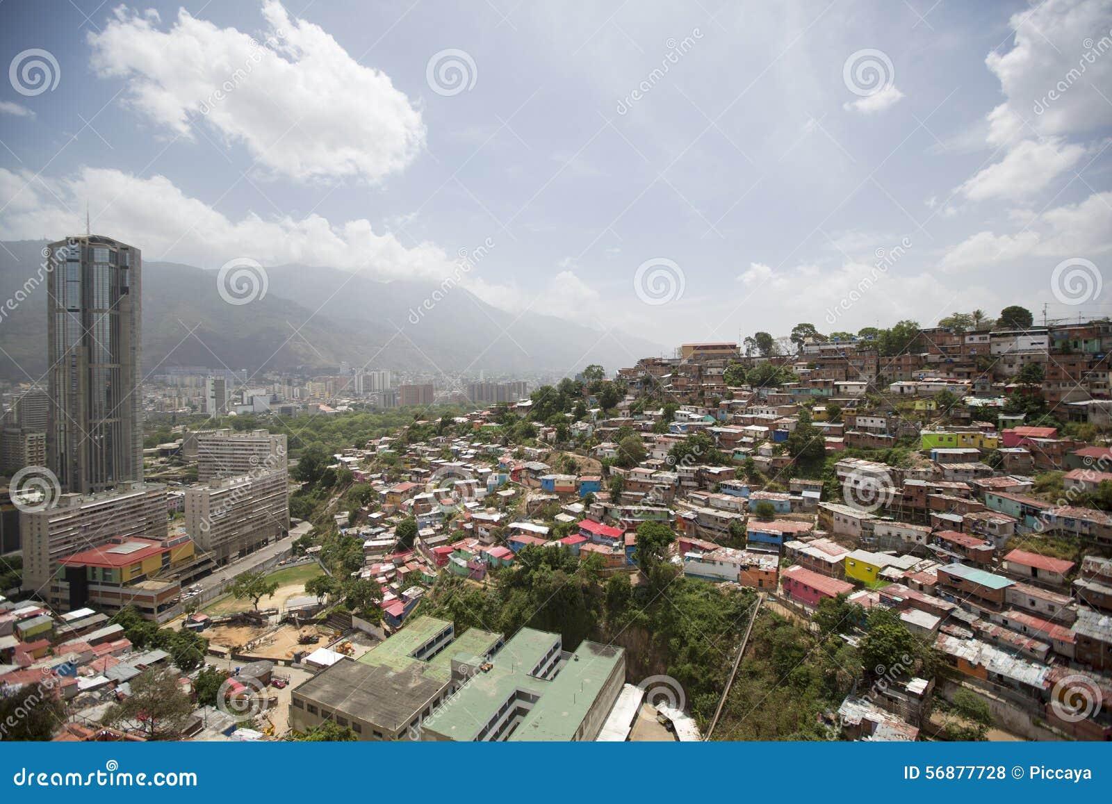 Distretto dei bassifondi di Caracas con le piccole case colorate di legno