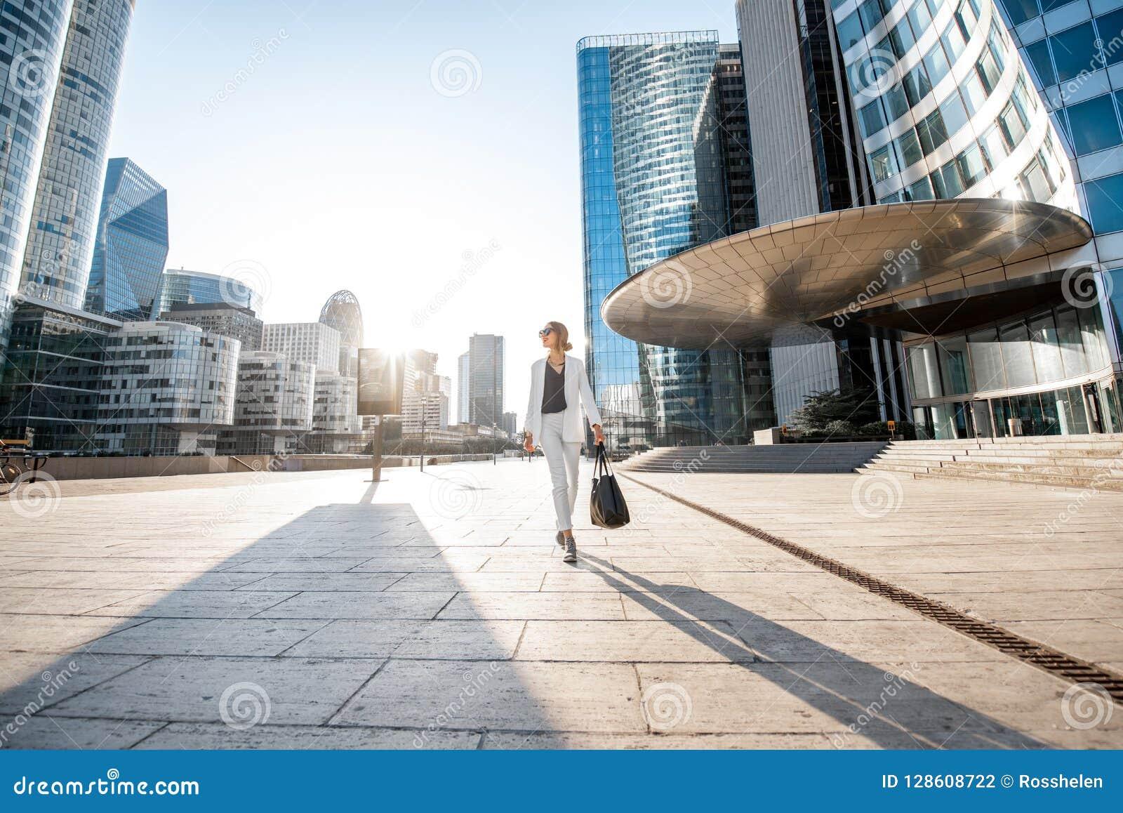 Distretto finanziario con la donna di affari a Parigi