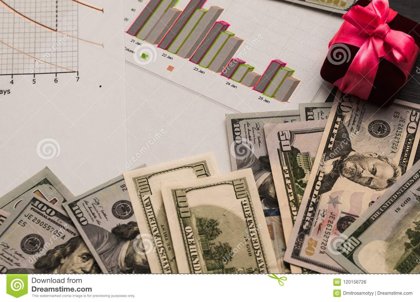 Distribuição do dinheiro, do planeamento financeiro, dos dólares nos envelopes, e de uma caixa de presente com uma curva cor-de-r