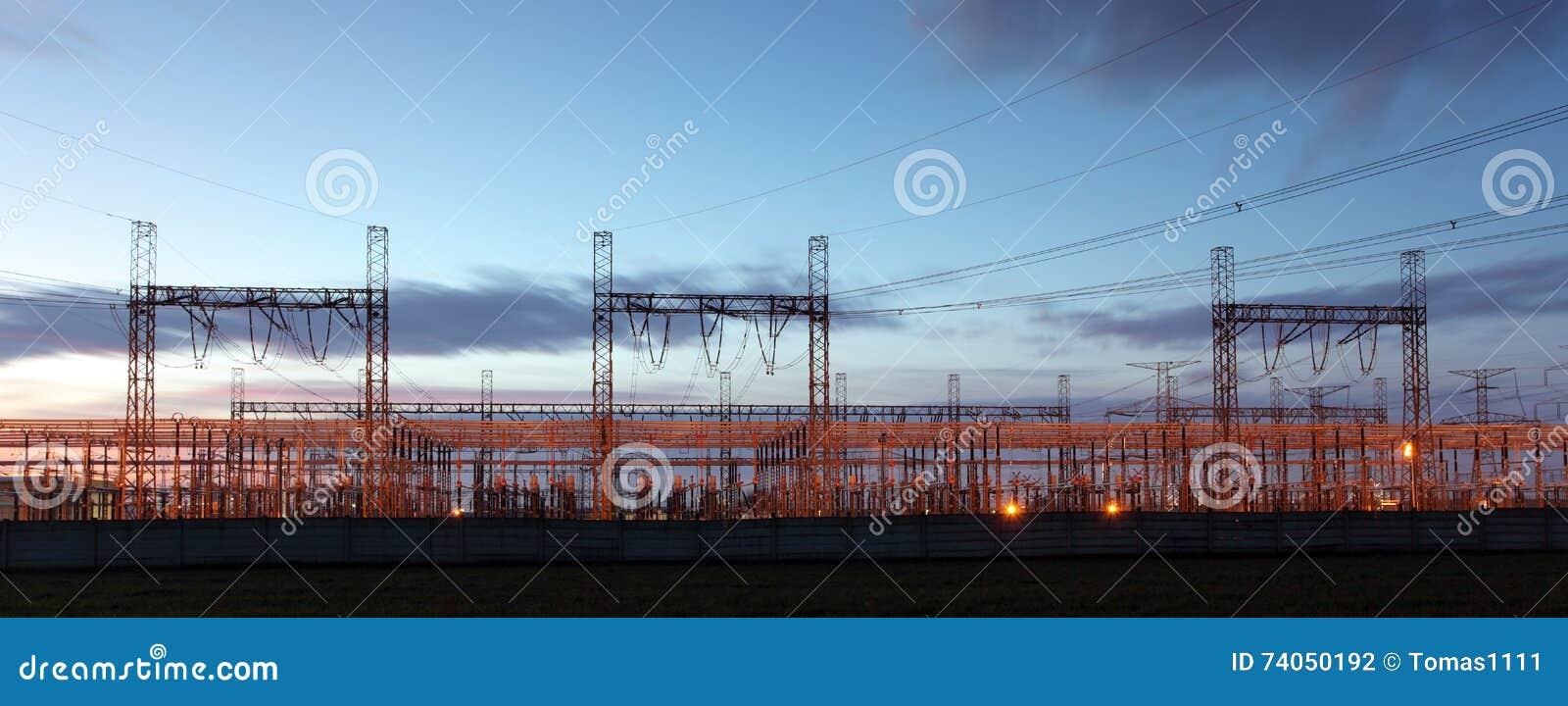 Distributiehulpkantoor tegen electricit die schemerhemel wordt gesilhouetteerd,