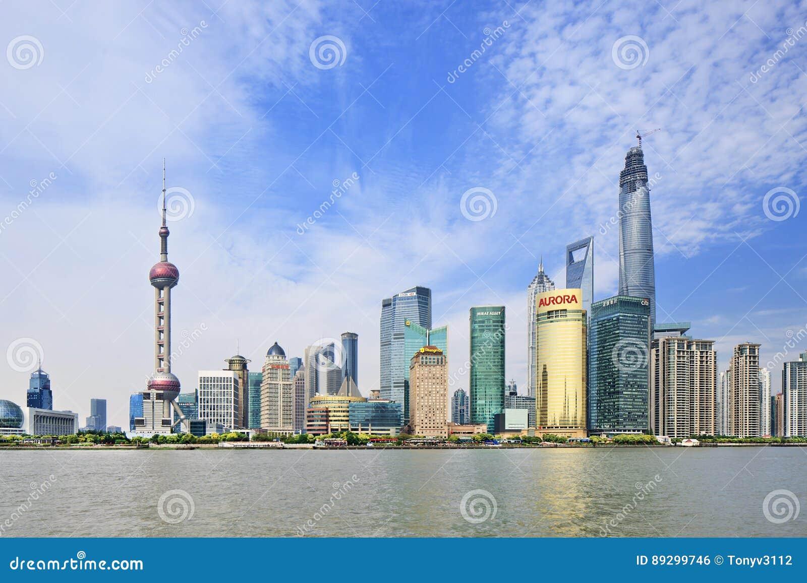 Distrito de Pudong visto del río Huangpu, Shangai, China