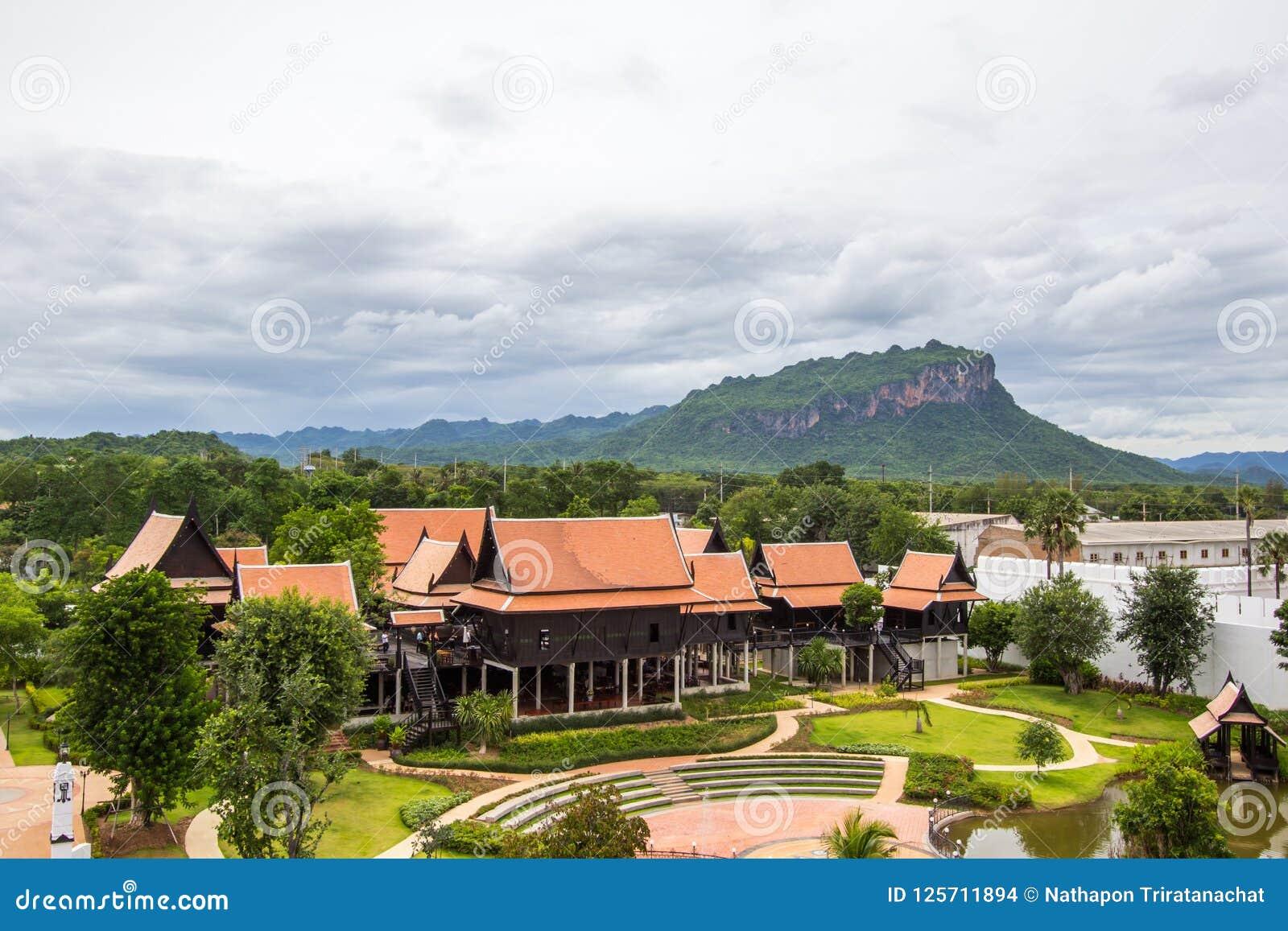 Distrito de Saiyok, província de Kanchanaburi, Tailândia em julho 9,2017: Vistas da torre da cidade de Mallika City, A 1905 d Cid