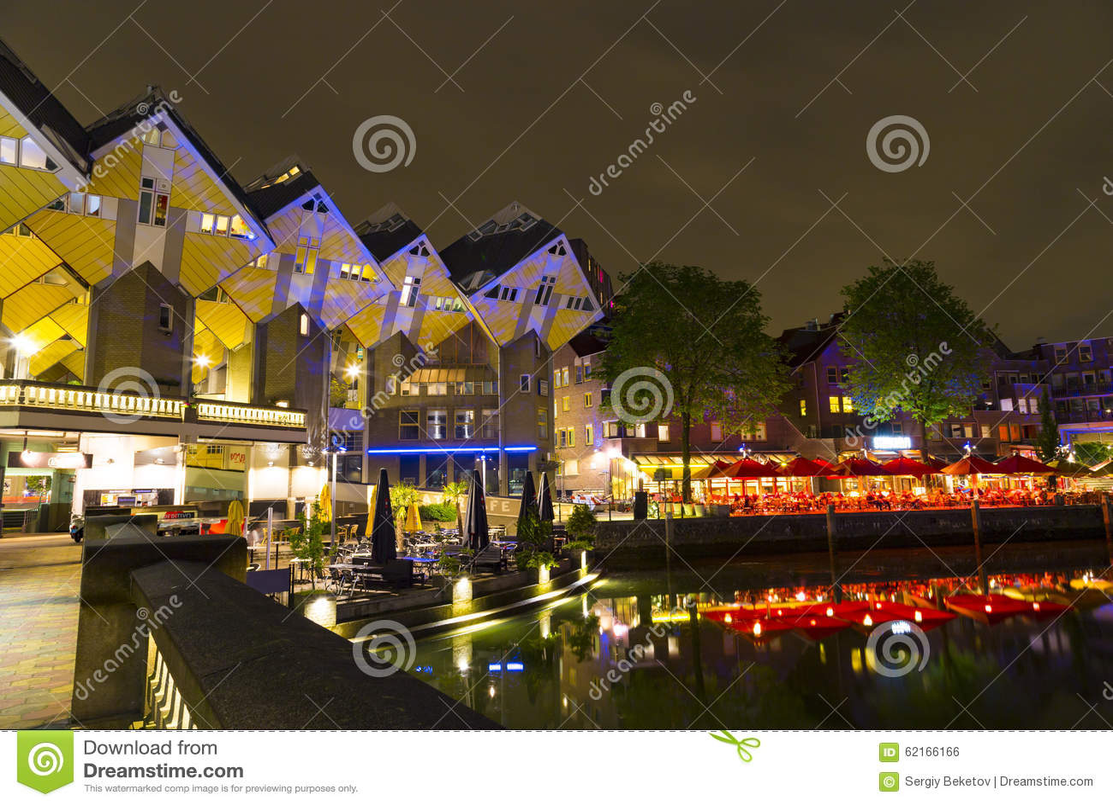 Distrito histórico del asilo de Oude con los restaurantes y la vista de las casas del cubo de Rotterdam