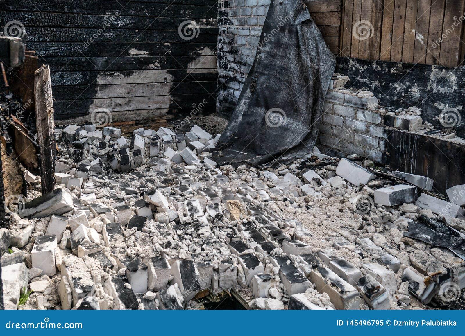 Distruzione dopo un fuoco nella casa
