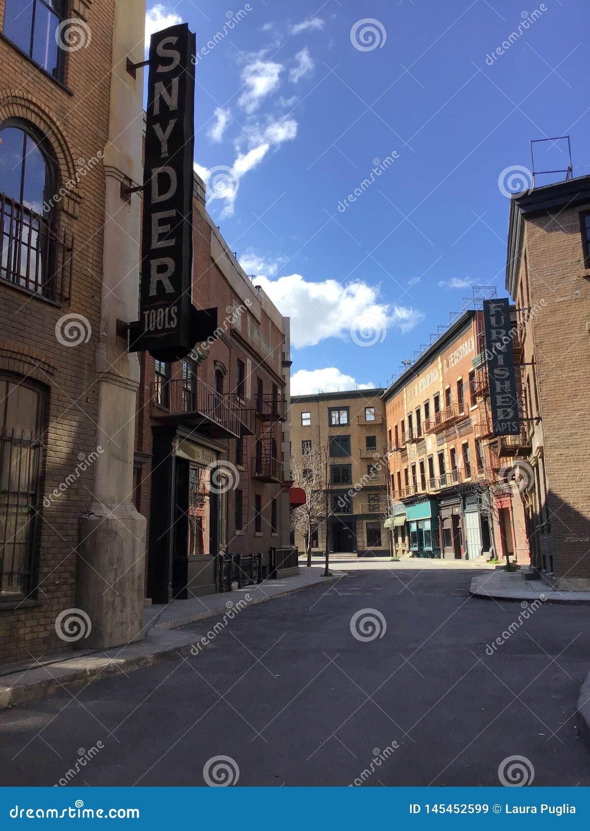 Dit is een streetview die op een studiopartij wordt gevestigd die een historische stad simuleren plaatsend zoals de Stad van New