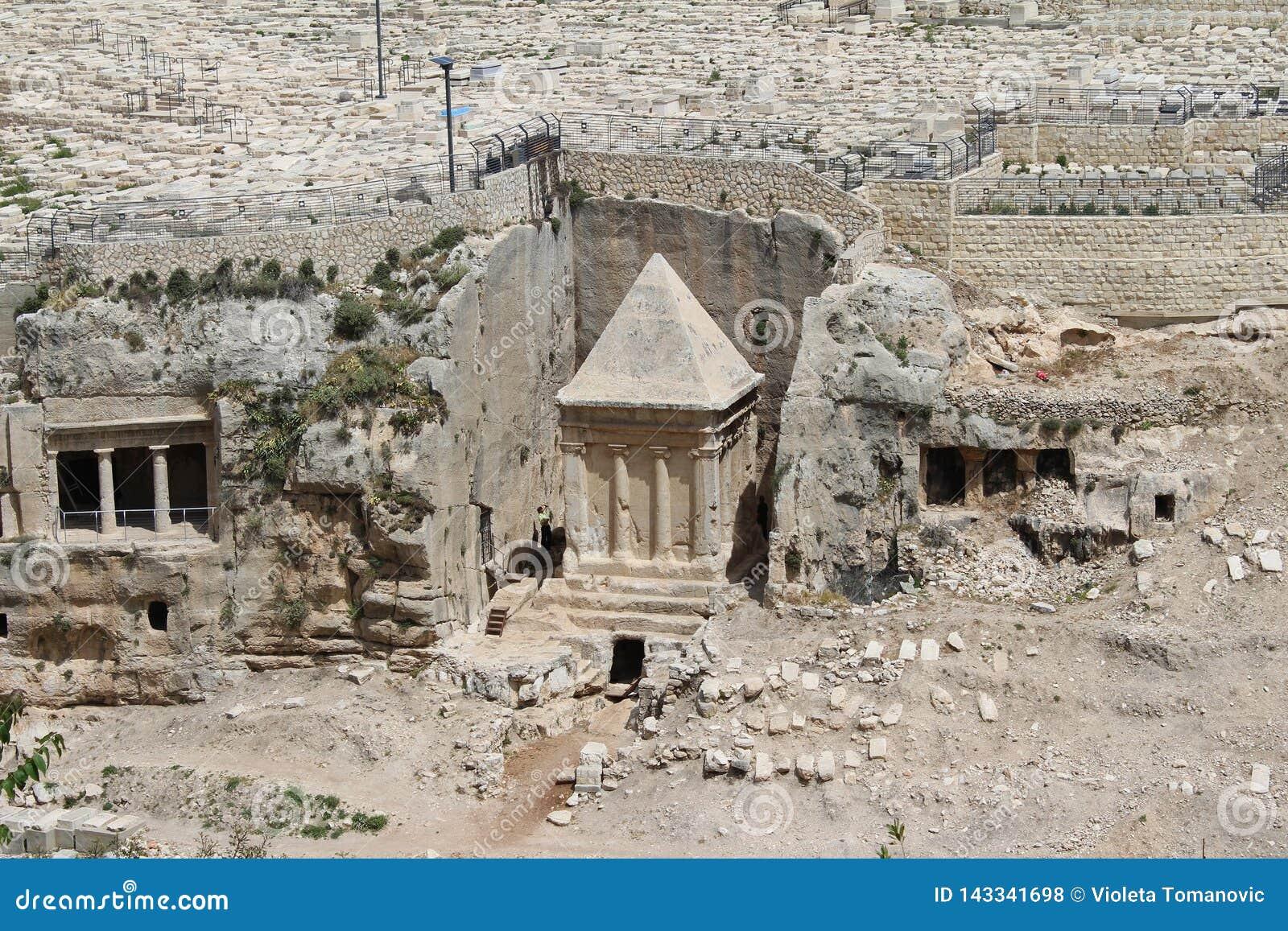 Dit overladen graf in de begraafplaats behoort tot Zachariah ben Jehoiada, de vader van John Doopsgezind, het Onderstel van Olijv