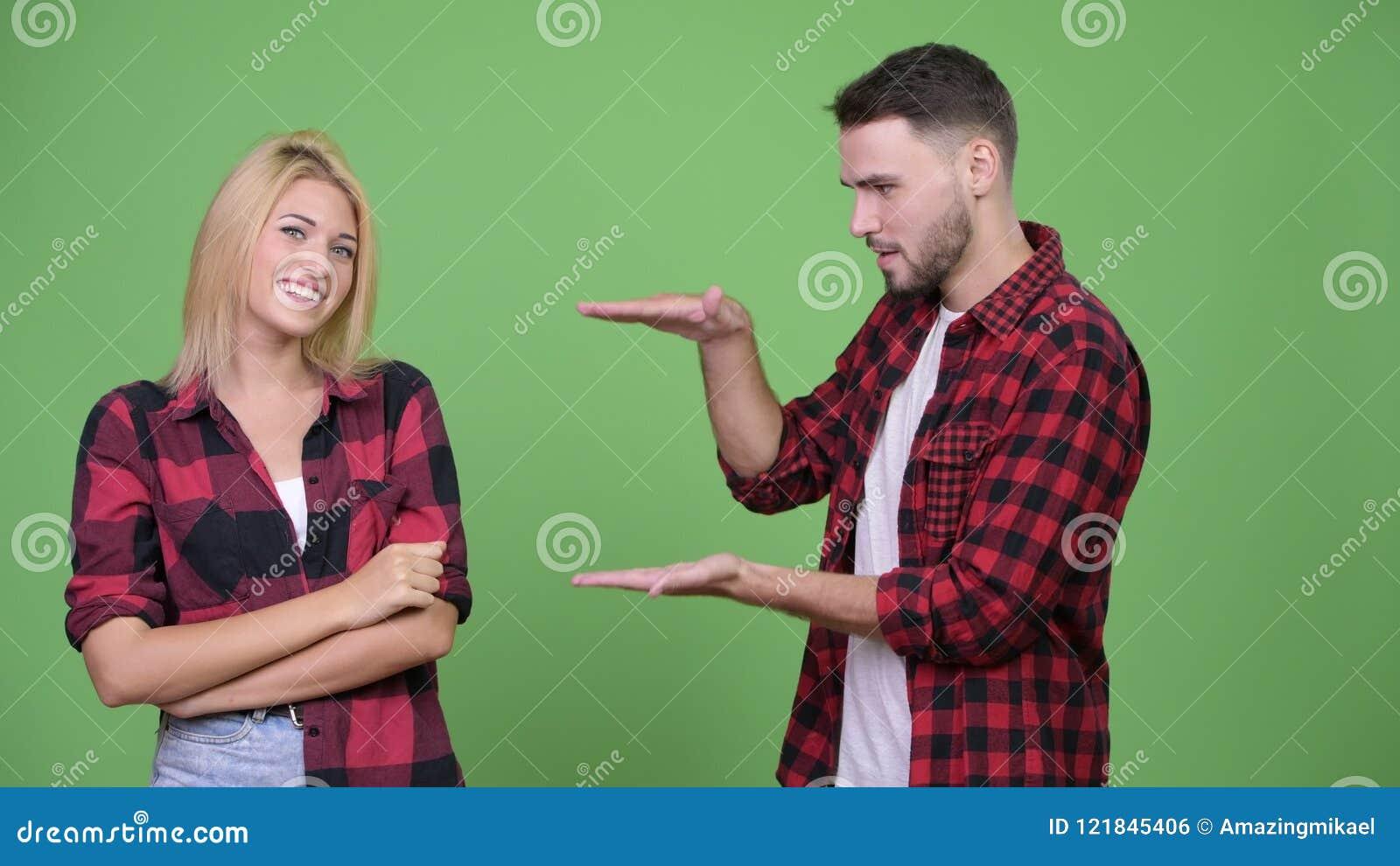 Dita di schiocco delle giovani coppie felici e mostrare qualcosa insieme archivi video