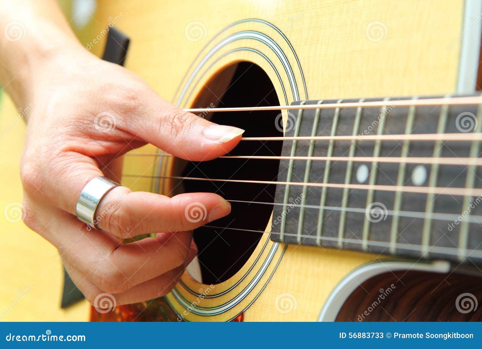 Dito che seleziona la chitarra