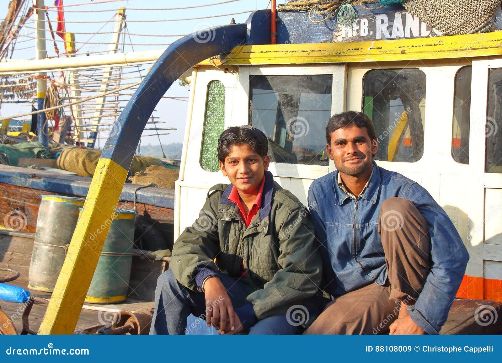 DIU, INDIA - JANUARI 8, 2014: Portret van twee vissersvader en zoon op hun vissersboot bij de Vissershaven van Vanakbara