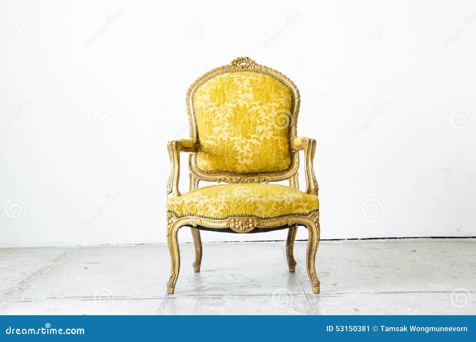 Divan classique de sofa de style d or dans la chambre de vintage