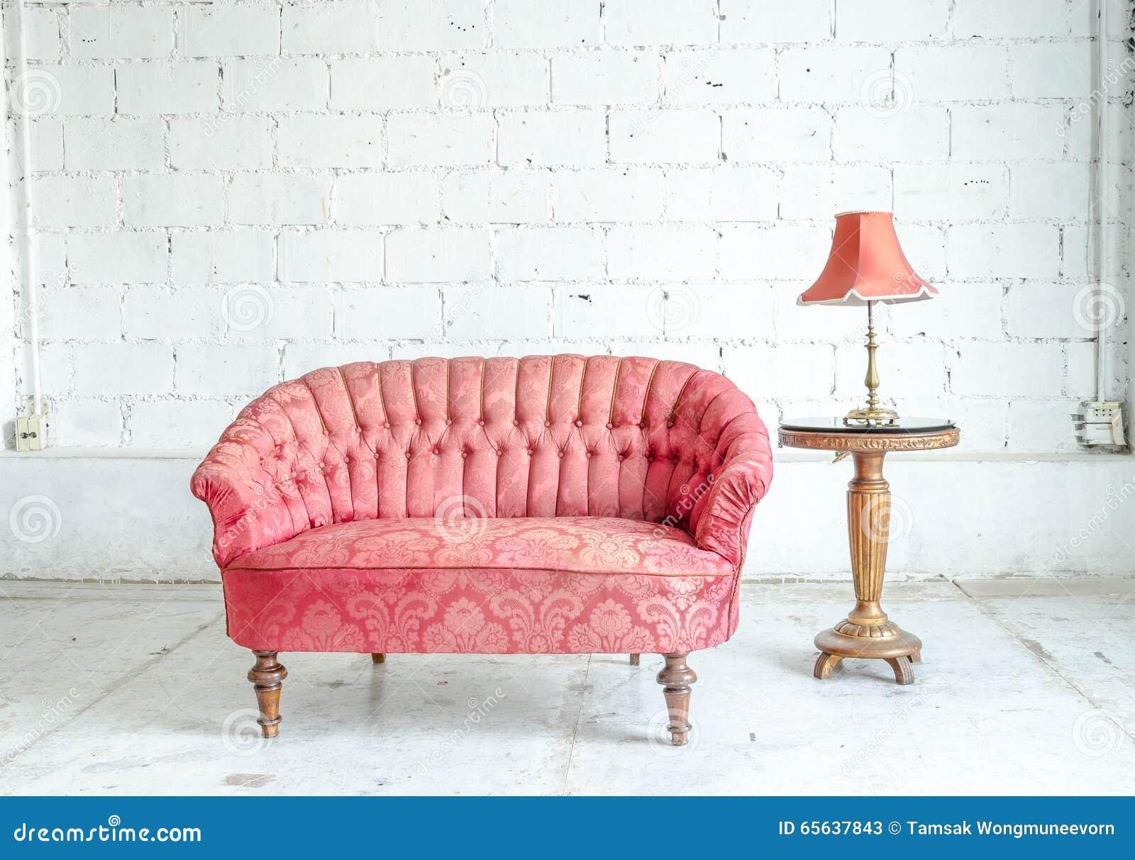 Divan classique rouge de sofa de style dans la chambre de vintage