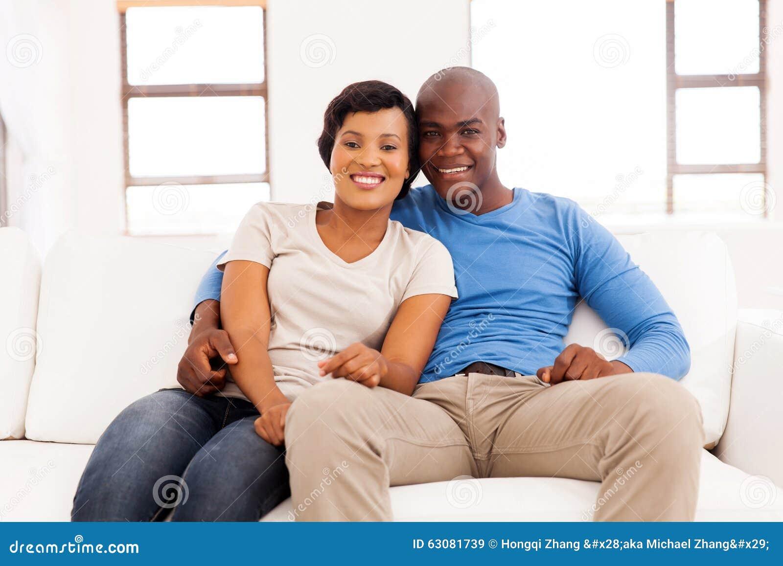 Download Divan De Détente De Couples Image stock - Image du maison, femelle: 63081739