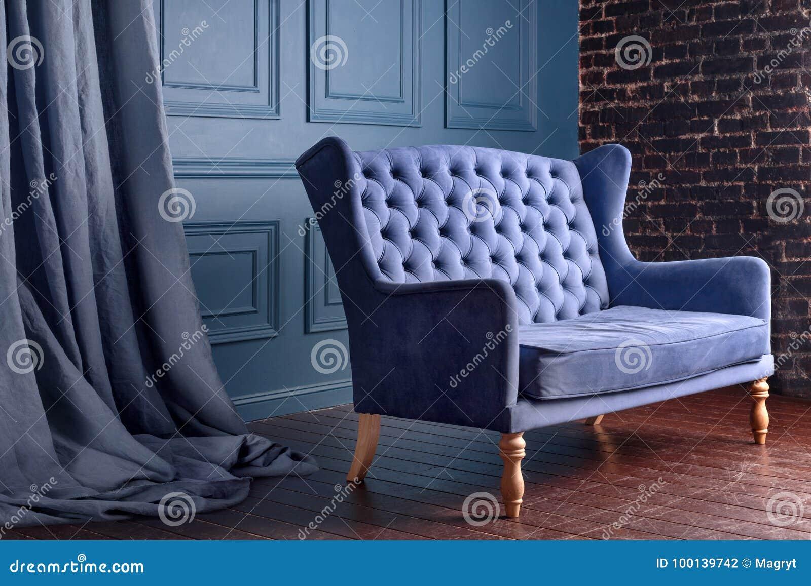 Divan en bois antique de sofa dans la chambre de vintage fauteuil