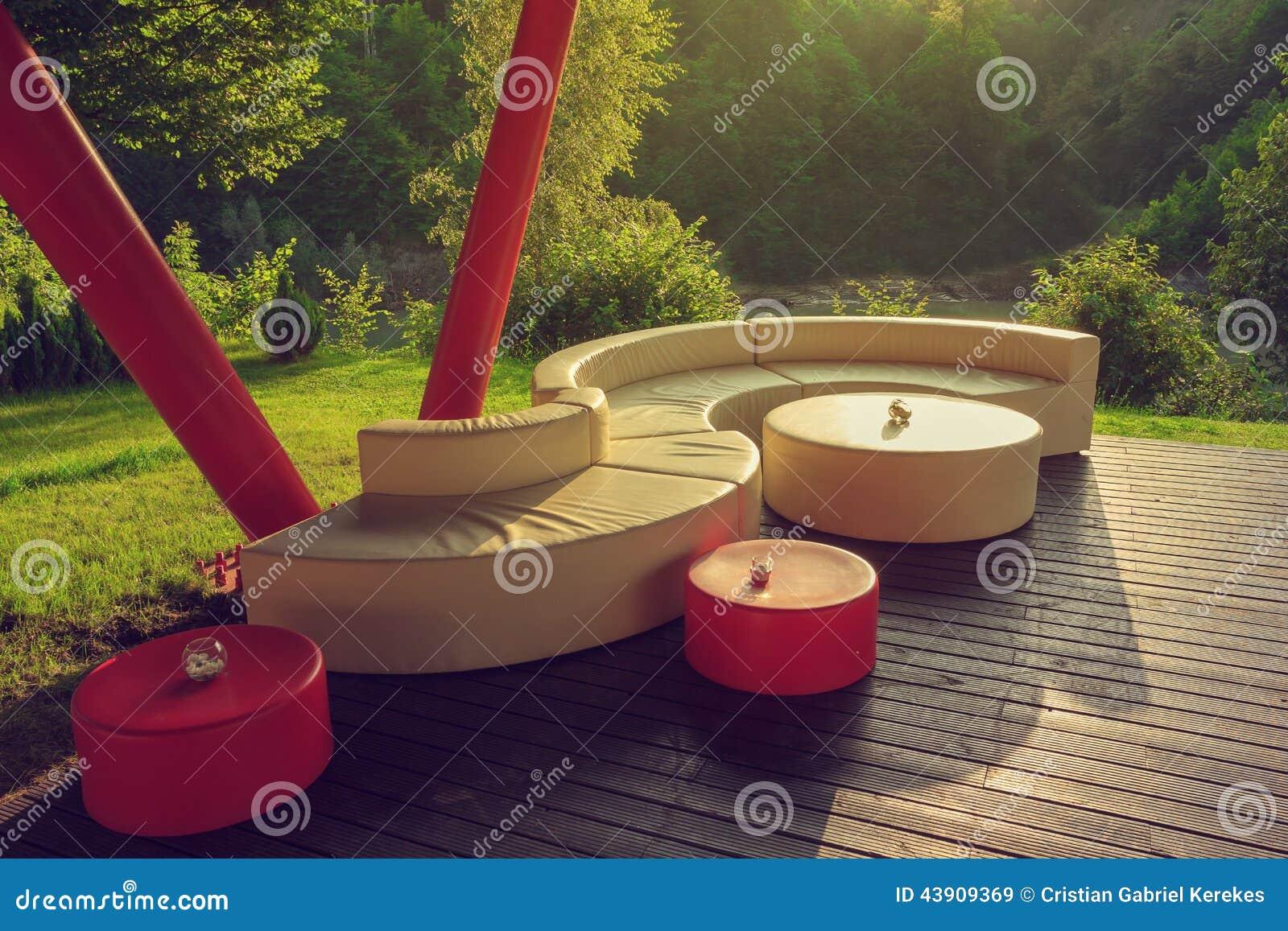 divan ext rieur sur le plancher en bois photo stock. Black Bedroom Furniture Sets. Home Design Ideas